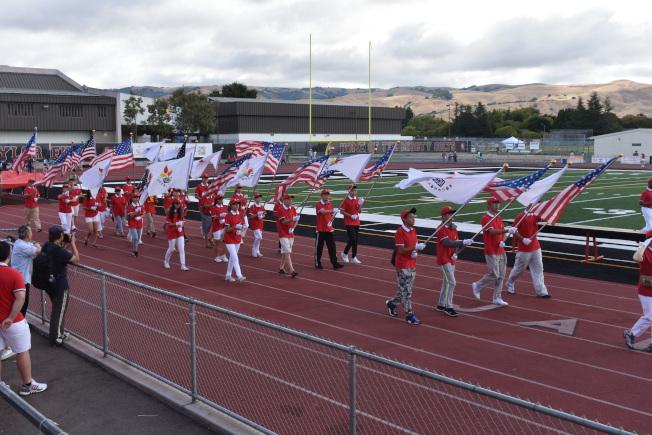 大會會期和美國國旗旗隊走在入場式前方。(記者黃少華/攝影)
