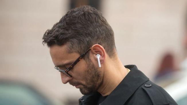 蘋果的無線耳機「AirPods」,體積細小,所以極易丟失。(取自推特)