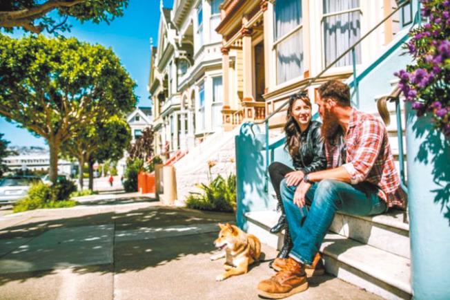 舊金山中間房價高達160萬元,對一般家庭來說,買房是太困難的事;買不了房,就等於美國夢的第一步也實現不了。圖為舊金山的維多利亞式房子。(Getty Images)