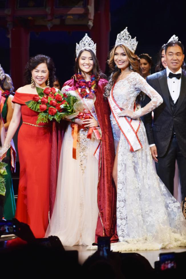 Stephanie Kim(左二)榮獲全球亞裔小姐后冠。(記者黃少華/攝影)