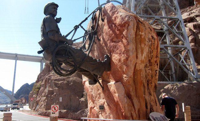 大壩旁紀念工人的雕塑。