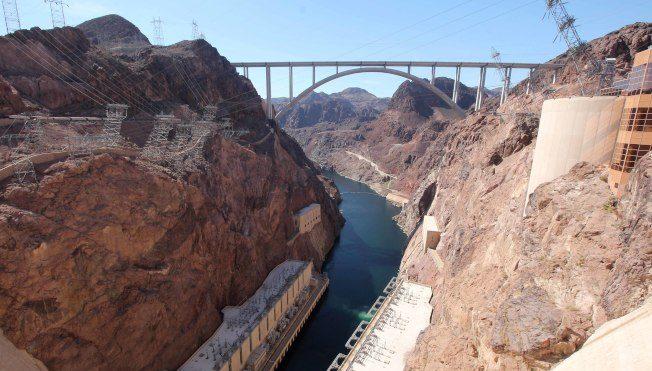 從新橋俯瞰大壩可見發電室。