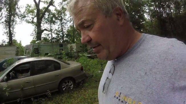 美國路易斯安那州除蟲專家維瑞特(Jude Verret),日前接到一起移除蜂巢的案子,到場才發現,居然是占滿整輛小汽車的黃蜂蜂巢。圖片擷取YouTube/Stinger Creations影片