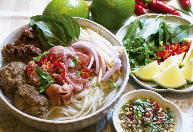 越式牛肉河粉搭配許多辛香菜蔬,濃郁鮮香。圖/太陽臉