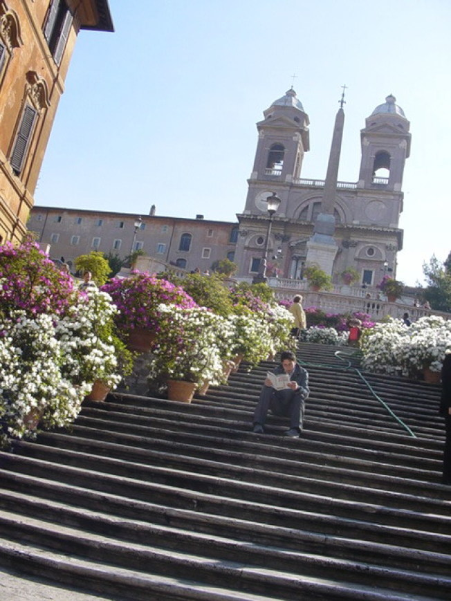 羅馬的知名景點西班牙階梯禁止坐下或吃東西、閒晃,違者最高可罰400歐元。圖/摘自維基