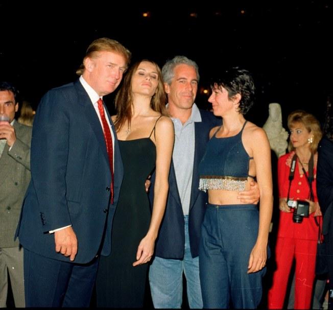 艾普斯坦(中)生前結交許多政商名流,包括後來成為美國總統的川普(左一)。圖╱取自網路