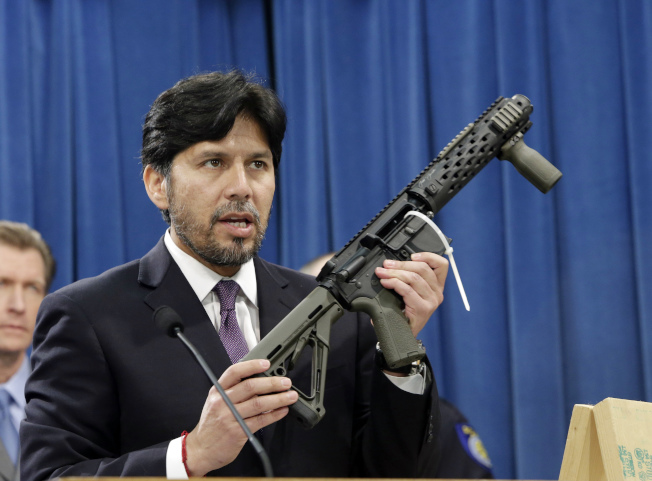 前加州州參議員德利昂在州府沙加緬度州議會大樓,展示司法部沒收的一把自製全自動步槍。(美聯社)