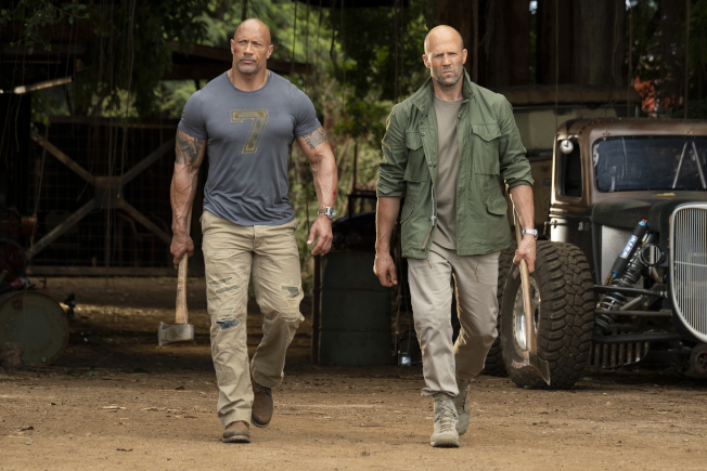 「玩命關頭:特別行動」的劇照,主角巨石強森(左)和傑森史塔森。(美聯社)