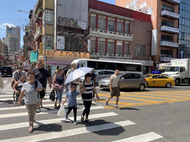 在堅尼路過街的行人經常被包圍在車流之中。(記者和釗宇/攝影)