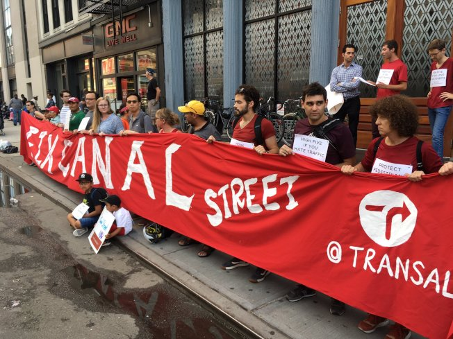 「交通替代」聯合「街頭攤販項目」等維權組織和社區居民集會,要求市府整治堅尼路交通。(「街頭攤販項目」提供)