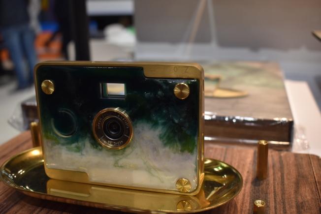 「翠玉白菜相機」的機身利用流動樹脂藝術模擬翠玉白菜的外觀,展現文化與科技結合之美。(記者顏嘉瑩/攝影)