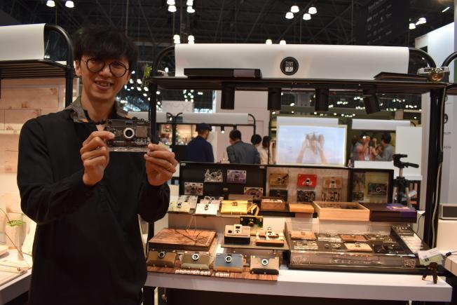 林秋吉的紙相機可讓使用者體驗到使用膠卷相機的感受。(記者顏嘉瑩/攝影)