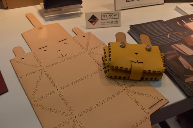 徐華憶以環境友善為出發點,「折」出自己的包包。(記者顏嘉瑩/攝影)