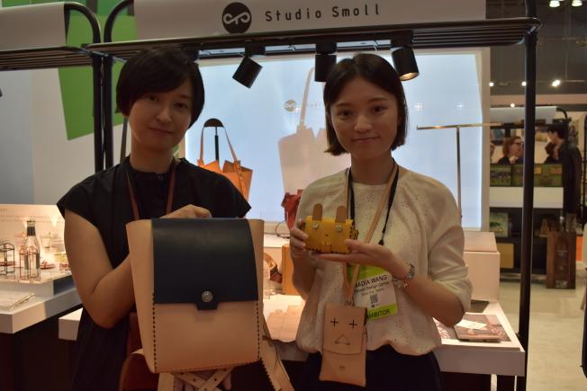 徐華憶(左)以環境友善為出發點,「折」出自己的包包。(記者顏嘉瑩/攝影)