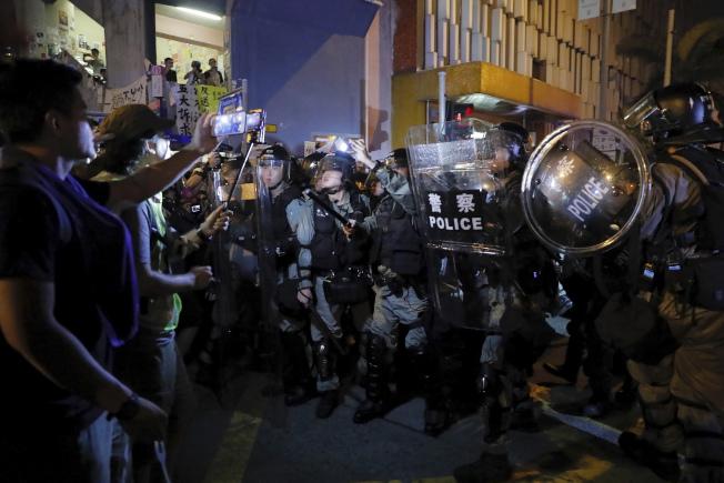 香港反送中示威者11日在全港各地與港警爆發衝突。(美聯社)
