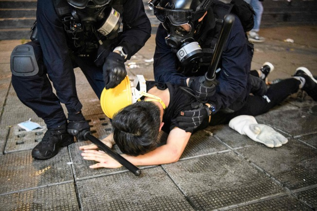 警方11日逮捕一名反送中示威者。(美聯社)