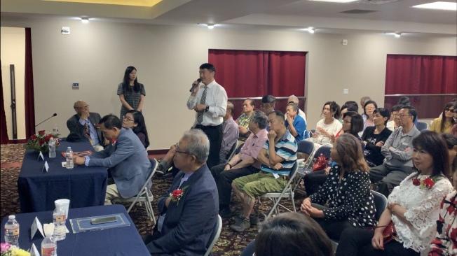 現場民眾提問環節踴躍,加州台灣同鄉聯誼會第一副會長王竹青也到場聆聽,提問並發表個人觀點。(記者高梓原/攝影)