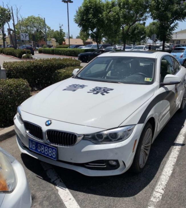 在爾灣市公共場所出現印有「警察」中文字樣的「偽警車」。(民眾提供)