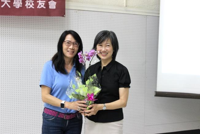 鄧曉林(左) 代表校友會贈花給趙沈允。(記者盧淑君/攝影)