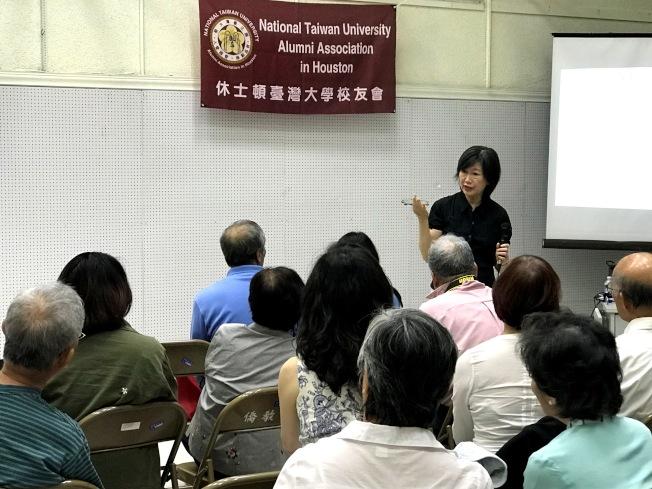 講座中,趙沈允解答民眾提問情形。(記者盧淑君/攝影)
