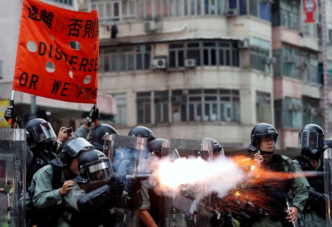 香港11日晚爆發多起警民嚴重流血衝突。(路透)