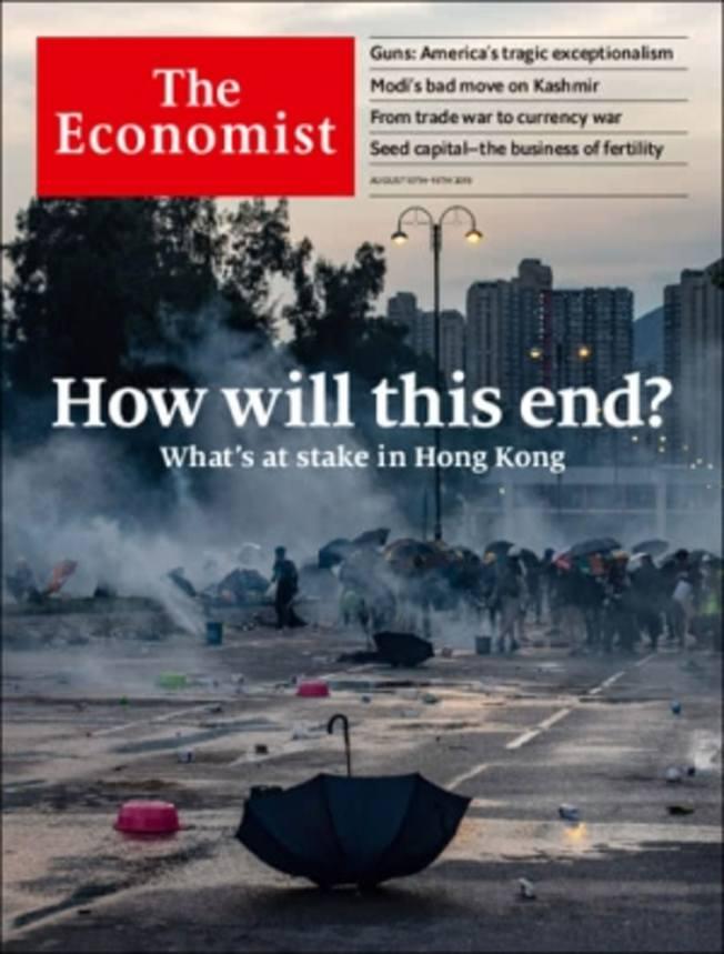 最新一期英國《經濟學人》雜誌再次以香港「反送中」運動作為封面故事,以警察發射催淚彈後煙霧瀰漫的大埔街頭作為背景,題為「如何收場?」(How will this end?)。(經濟學人網站截圖)