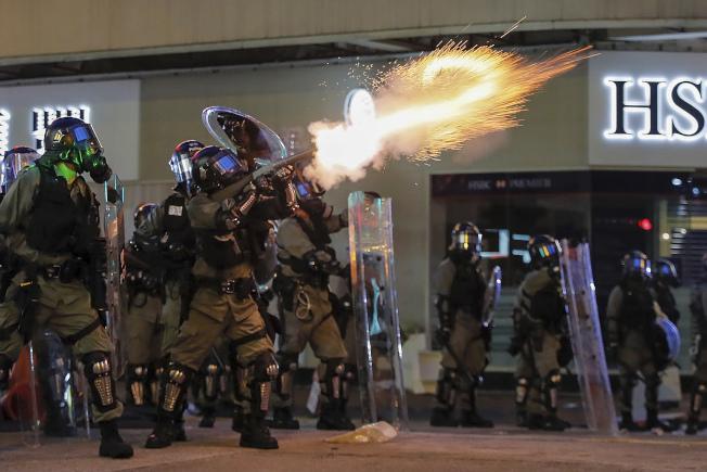 香港11日再爆反送中示威者与镇压警察冲突,防暴警察在多处发射催泪弹驱散示威者。(美联社)