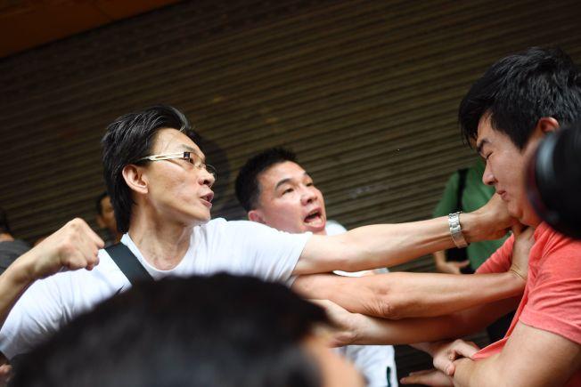 亲北京红衣人11日涌入香港街头,遭反送中示威者识破,发生殴打。(Getty Images)