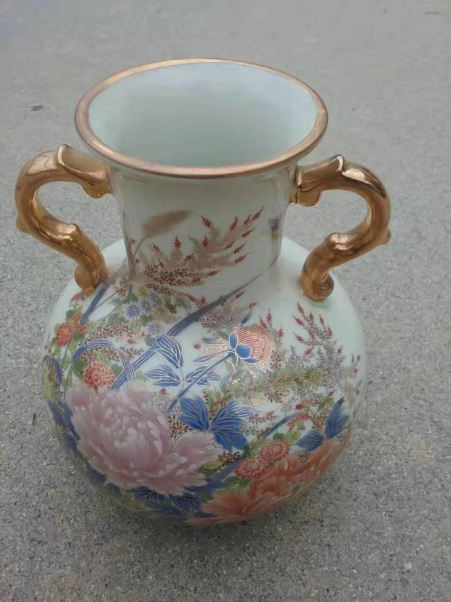 這只雙耳鑲金邊的圓口大肚細瓷彩繪花瓶是作者母親的遺物。