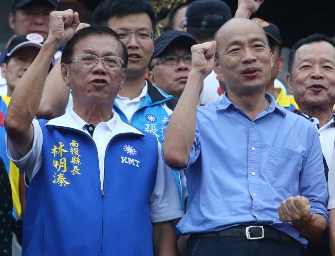 國民黨總統參選人韓國瑜(右)11日在南投縣長林明溱(左)陪同下走訪南投,林呼籲南投民眾支持韓順利當選。(記者黃仲裕/攝影)