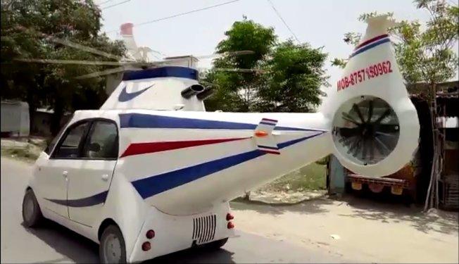 印度一名男子想當飛行員不成,乾脆把自家小汽車打造成直升機的樣子,滿足自己的飛行夢。這台外型寫實的直升機汽車雖然不會飛,但卻能吸引不少路人的目光。美聯社/Newsflare