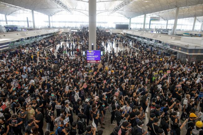 香港示威群眾12日擠爆機場。路透