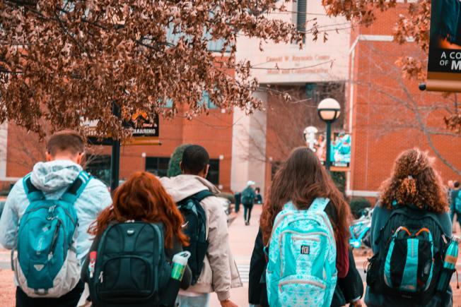 學生在比較申請學校的相關資訊時,大學排名是最常參考的工具之一。(Pexels)