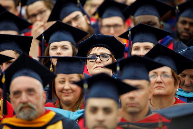 保障入學的精神,在於鼓勵不同環境下的學生。圖為維州自由大學畢業典禮。(路透)