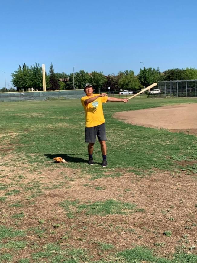 棒球俱樂部在美國十分風行,圖為練習時的戴于程。(戴于程提供)