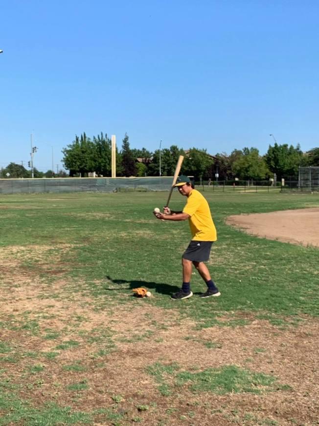 戴于程在球場上示範揮棒。(戴于程提供)