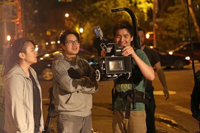 拍攝《追夢的兔子》時與攝影師溝通。