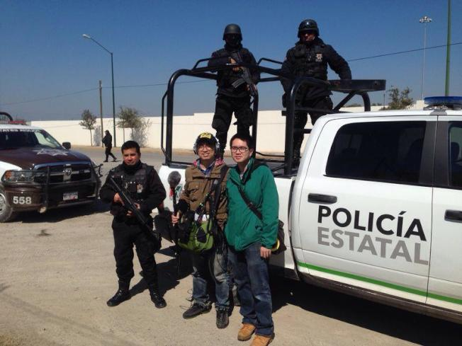 墨西哥拍攝畢業製作與武裝警察合照。