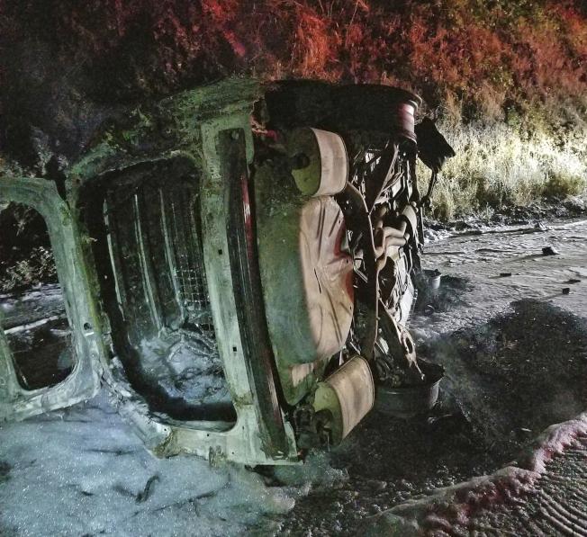 美國加州一隻熊掉落警車導致警車翻覆起火燃燒。美聯社