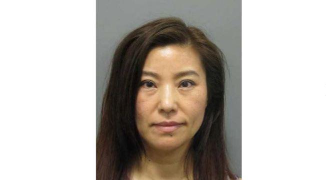 馬州蒙郡警方通過為期四個月的臥底調查,發現47歲的女性張妍強涉嫌販賣人口並賣淫,逮捕她並關閉她在洛克維爾市蒙哥馬利學院附近擁有的按摩店「玫瑰按摩」。(蒙郡警方提供)