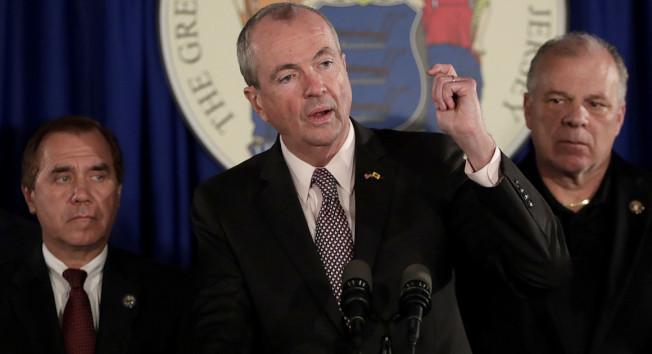 新州眾議會議長科林(左起)、州長墨菲、參議會主席斯威尼均設有非營利機構,被揭發接受匿名政治捐款。(美聯社)
