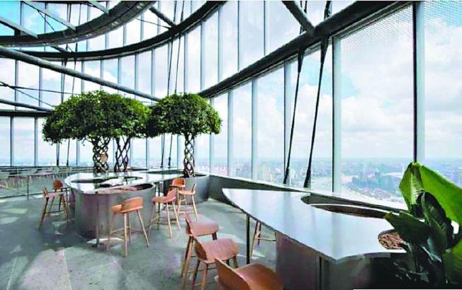 朵雲書店上海中心旗艦店的空中花園。一邊觀賞上海外灘的外國建築博覽群,另一邊則是陸家嘴林立的金融摩天大樓。(取材自朵雲書院官方微博)