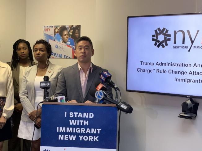 崔慶漢(發言者)表示,這項政策讓那些非白人的低收入移民必須做出影響其生活的抉擇,對紐約市的移民社區來說是一場災難。(記者和釗宇/攝影)