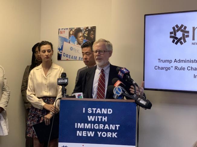高佛萊德(發言者)說,聯邦政府沒有剝奪移民基本生活需求的權利,此舉是在開歷史倒車。(記者和釗宇/攝影)