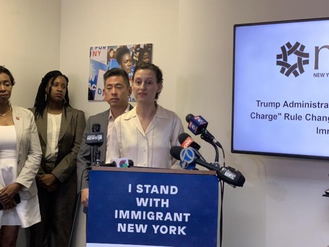 紐約市長移民事務辦公室主任摩斯托菲(發言者)建議民眾,應撥打311、聯繫Action NYC或者詢問移民律師,再決定是否放棄福利。(記者和釗宇/攝影)