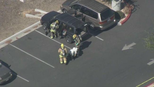 消防員檢查傳出可疑氣味的汽車。(取材自FOX電視台)