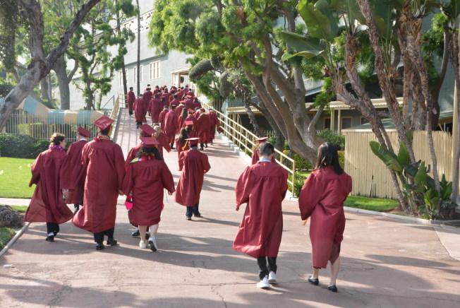 亞凱迪亞高中2019屆畢業禮,學生們意氣風發走向會場。(記者丁曙/攝影)