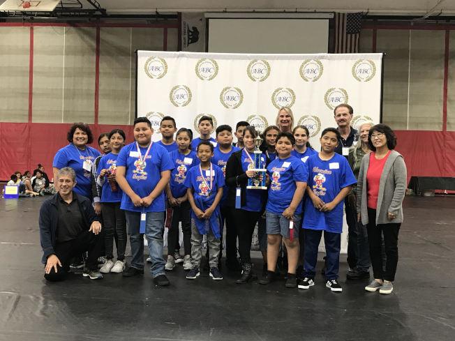 ABC學區學生在學術競賽中贏得獎盃。(ABC學區提供)