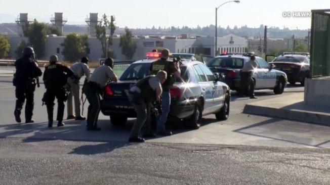 三名加州公路巡警局警員12日下午在河濱市215號公路附近,與歹徒發生槍戰時受傷,歹徒被當場擊斃,警員一死二傷。(KTLA電視台)
