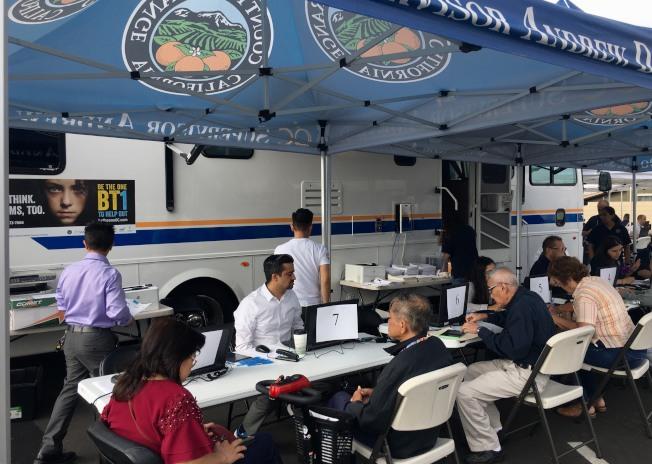 橙縣社會服務局在聖塔安舉辦便民福利申請諮詢服務。(記者尚穎/攝影)